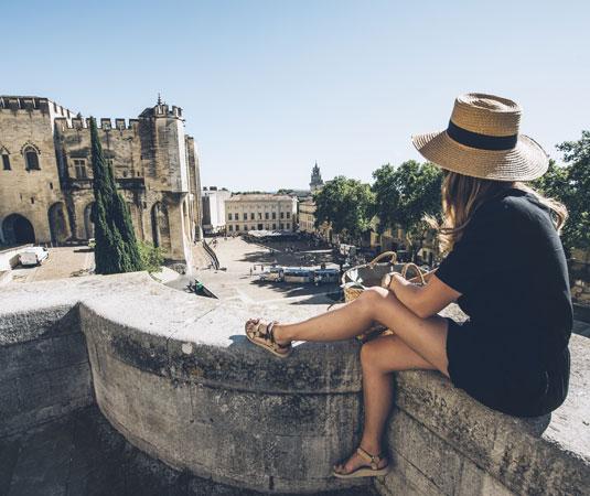 Jeune femme admirant le Palais des Papes @ Coquard M.
