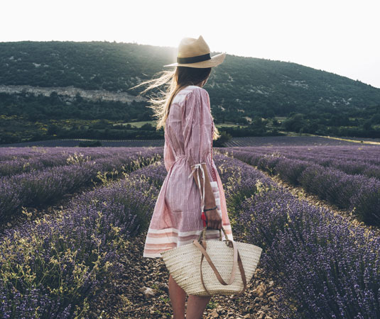 Femme dans un champs de lavande @ Maxime Coquard